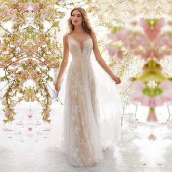 Κομψό γυναικείο φόρεμα με ντεκολτέ σε σχήμα V και τούλι σε μπεζ χρώμα