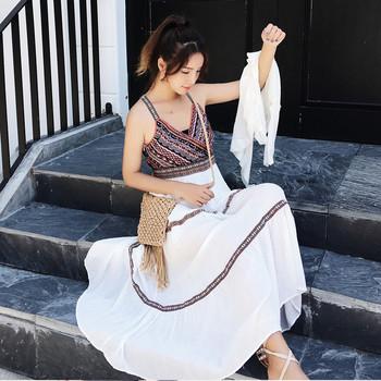 Ежедневна рокля с презрамки и V-образно деколте в бял цвят