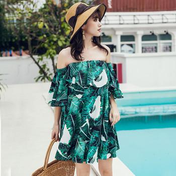 Плажна дамска къса рокля с голи рамене в зелен цвят и принт