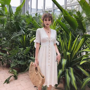 Дамска ежедневна рокля с V-образно деколте и копчета в бял цвят