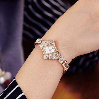 Стилен дамски часовник в златист цвят