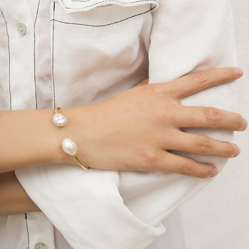 Дамска стилна гривна в златист цвят с перли