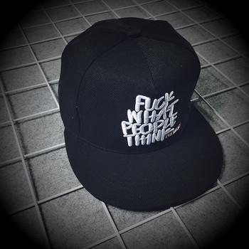 Мъжка шапка с козирка и надпис в черен и сив цвят