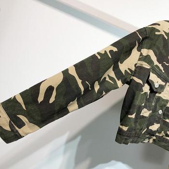 Късо дънково яке с камуфлажен десен