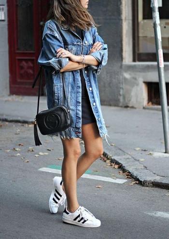 Модерно дамско дълго дънково яке с разкъсани мотиви и копчета в син цвят