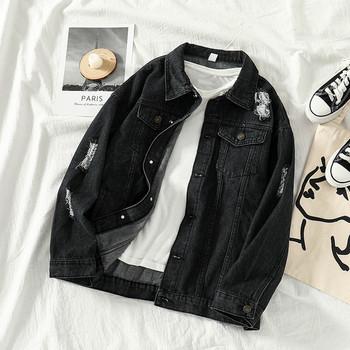 Модерно дамско дънково яке в черен цвят със скъсани мотиви и апликация в черен цвят