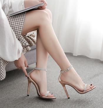 Стилни дамски сандали с висок ток в златист и черен цвят