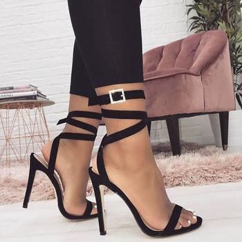 Елегантни дамски сандали с тънък ток в черен цвят