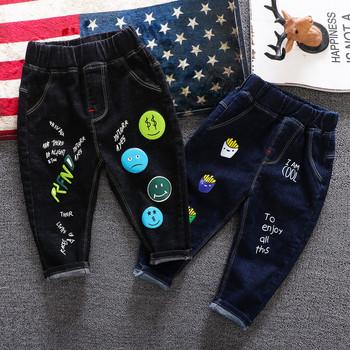 Модерни детски дънки с щампа в син и черен цвят