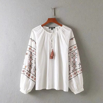 Дамска блуза -широк  модел с цветна бродерия в бял цвят