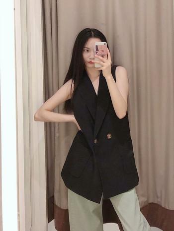 Дамски елегантен елек в  черен цвят с копчета и джобове