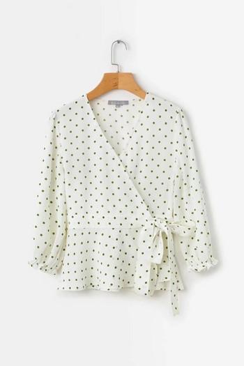 Дамска риза на точки с V-образно деколте в бял цвят