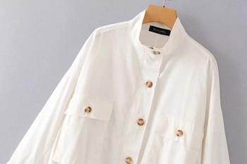 Модерно дамско яке с джобове и копчета в бял цвят