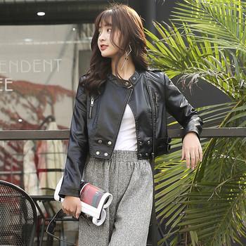 Късо дамско яке от еко кожа в черен цвят