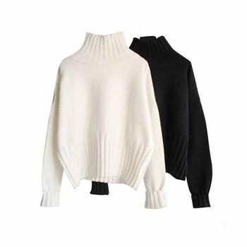 Зимен дамски пуловер с висока яка в черен и бял цвят