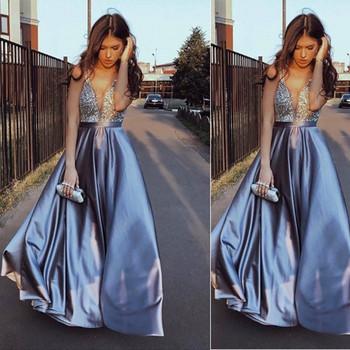 Κομψό γυναικείο μακρύ φόρεμα με βαθύ λαιμόκοψη