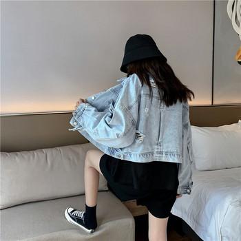 Γυναικείο μπουφάν τζην με σκισμένα μοτίβα και τσέπες σε ανοιχτό χρώμα