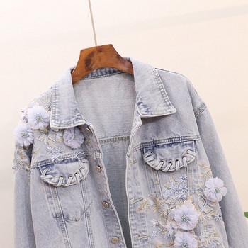 Μοντέρνο μπουφάν τζην με κεντήματα και τρισδιάστατα στοιχεία σε ανοιχτό χρώμα