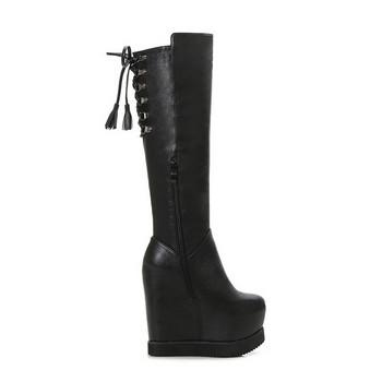 Дамски черни ботуши на висока платформа с метални елементи и връзки