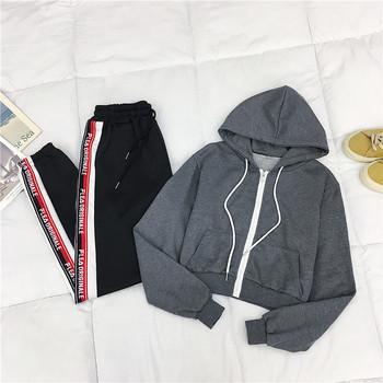 Спортен дамски комплект включващ къс суичър в сив цвят и панталон в черен цвят