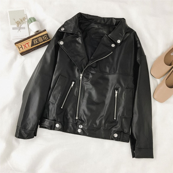 Μοντέρνο γυναικείο έκο  δερμάτινο  μπουφάν  με τσέπες σε μαύρο χρώμα