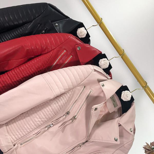 Μοντέρνο γυναικείο μπουφάν από οικολογικό δέρμα σε ροζ, κόκκινο και μαύρο χρώμα