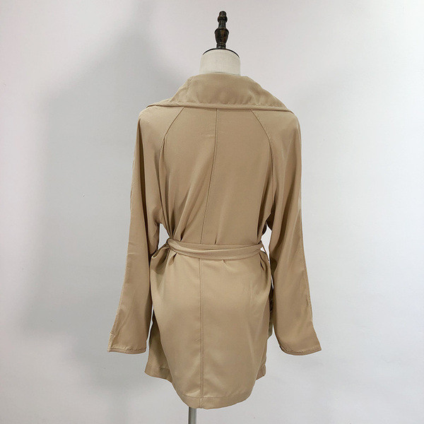 Γυναικείο Λεπτό μπουφάν  με κουμπιά και τσέπες - ίσιο μοντέλο
