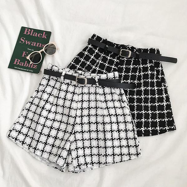 Кариран дамски панталон в черен и бял цвят с джобове