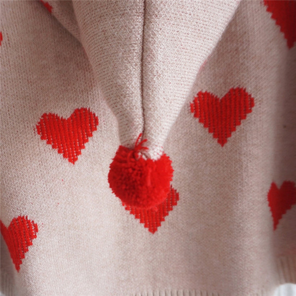 Модерно детско плетено пончо на сърца в бежов цвят с качулка