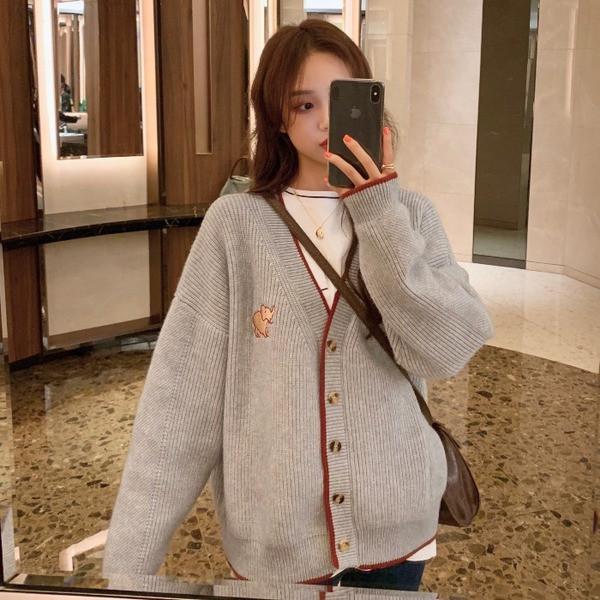 Дамска жилетка широк модел в сив цвят с апликация