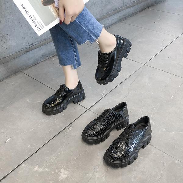 Модерни дамски обувки от еко кожа с груба подметка в черен цвят