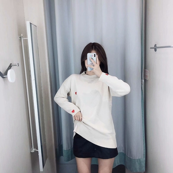 Дълъг дамски пуловер с апликация сърце в три цвята