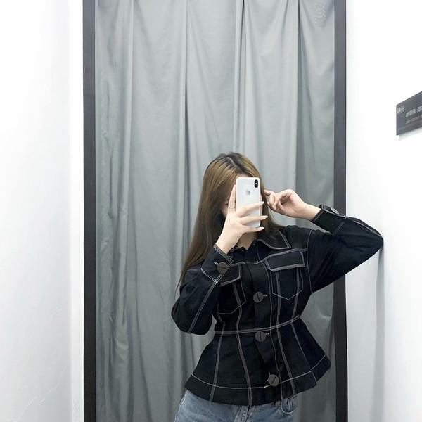 Λεπτό μπουφάν  άνοιξης-φθινοπώρου σε μαύρο χρώμα με κουμπιά και τσέπες