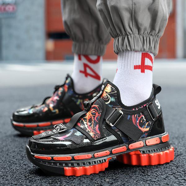 Μοντέρνα αθλητικά παπούτσια ανδρικά σε χρυσό και κόκκινο χρώμα
