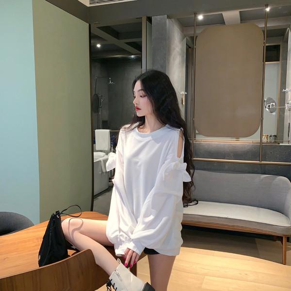 Дълга широка блуза с голи рамене с дълги ръкави в бял цвят