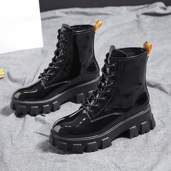 Καθημερινές γυναικείες μπότες σε μαύρο χρώμα με σκληρή σόλα