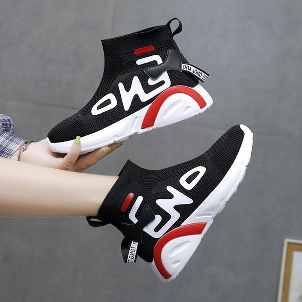 Καθημερινά γυναικεία παπούτσια με ίσα πέλματα σε λευκό και μαύρο χρώμα