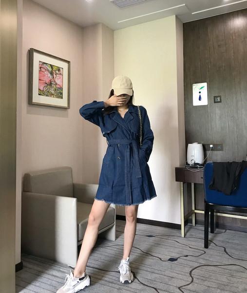 Λεπτό  γυναικείο παλτό denim με ζώνη και κουμπιά