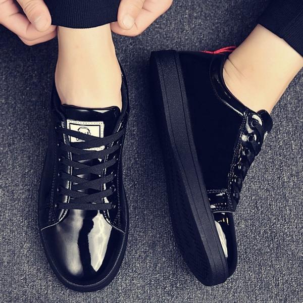 Μοντέρνα αντρικά μαύρα πάνινα παπούτσια με επίπεδη σόλα