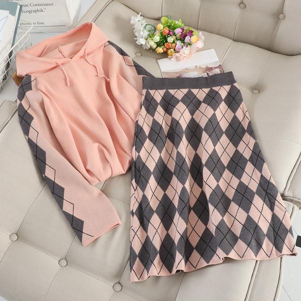 καθημερινό γυναικείο σετ που περιλαμβάνει πουλόβερ με κουκούλα και φούστα σε τρία χρώματα