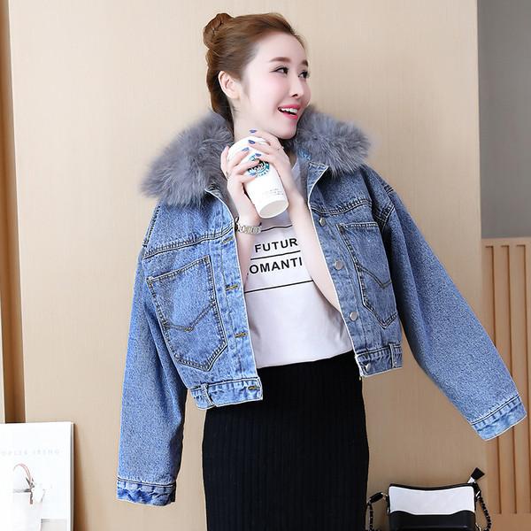 Μοντέρνο γυναικείο τζιν μπουφάν με μαλακή επένδυση σε μαύρο και μπλε χρώμα