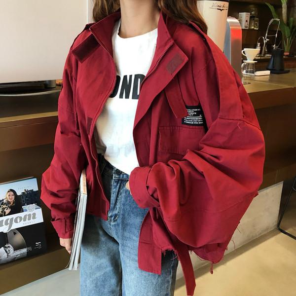 Σύντομο γυναικείο μπουφάν σε κόκκινο χρώμα