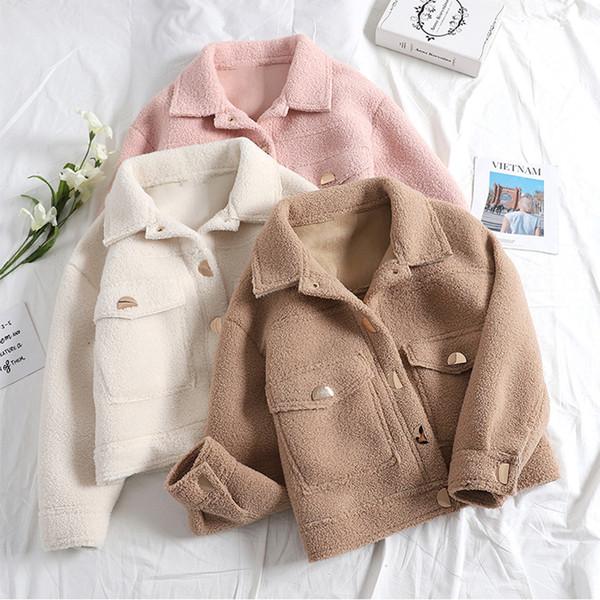 Ένα μοντέρνο γυναικείο μπουφάν με τσέπες σε διάφορα χρώματα