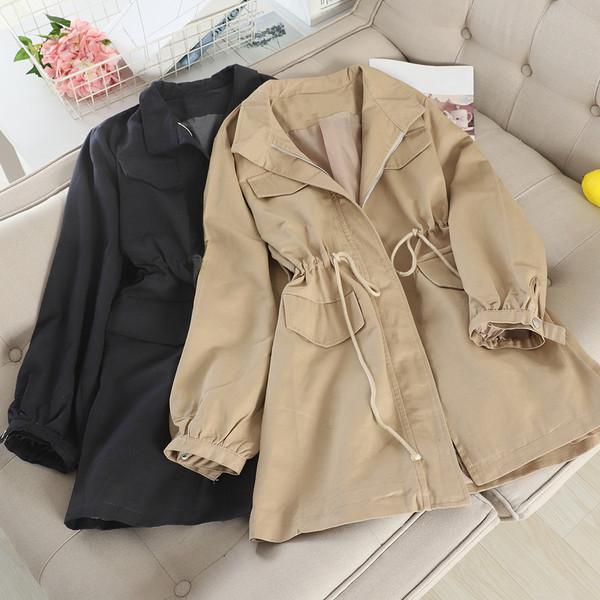 Μοντέρνο  γυναικείο μπουφάν με τους δεσμούς μέσης σε μαύρο και καφέ χρώμα