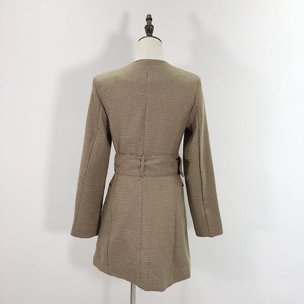 Дълго карирано палто с колан и овално деколте