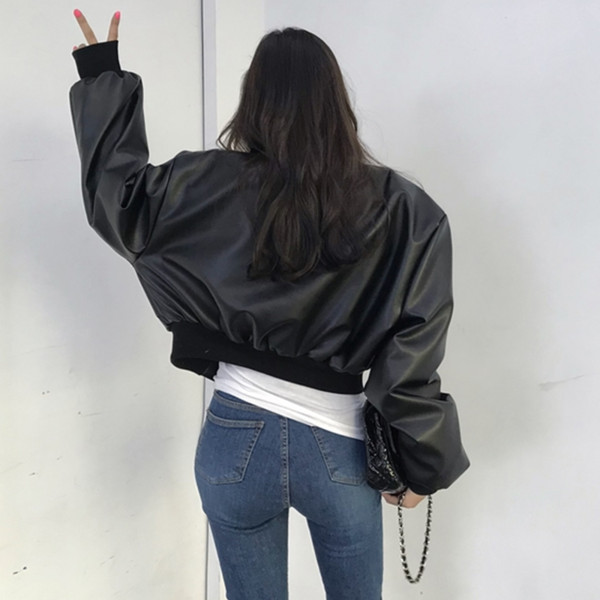 Μοντέρνο γυναικείο μπουφάν σε μαύρο χρώμα με φερμουάρ