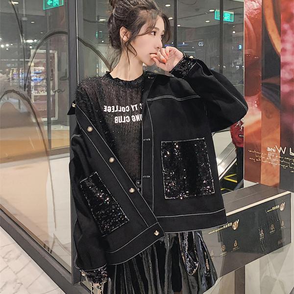 Γυναικείο μοντέρνο μπουφάν με γυαλιστερό αποτέλεσμα σε μαύρο χρώμα