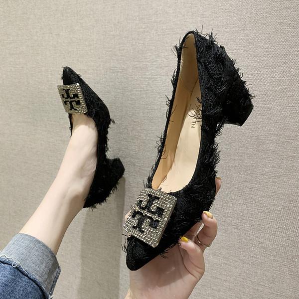 Μοντέρνα γυναικεία παπούτσια με χοντρό τακούνια και μεταλλική διακόσμηση