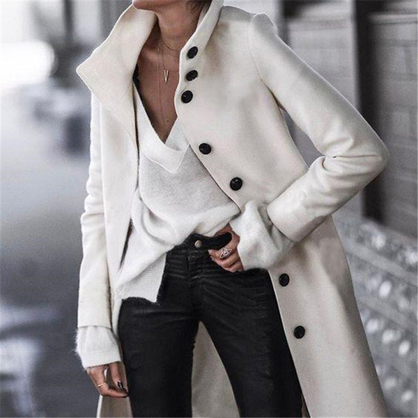 Κομψό γυναικείο παλτό με κουμπιά σε λευκό και μαύρο χρώμα