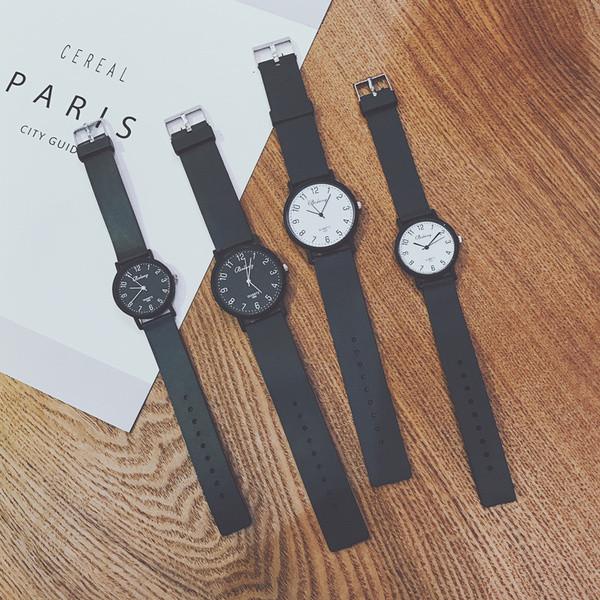 Стилен часовник подходящ за мъже и жени в черен и бял цвят